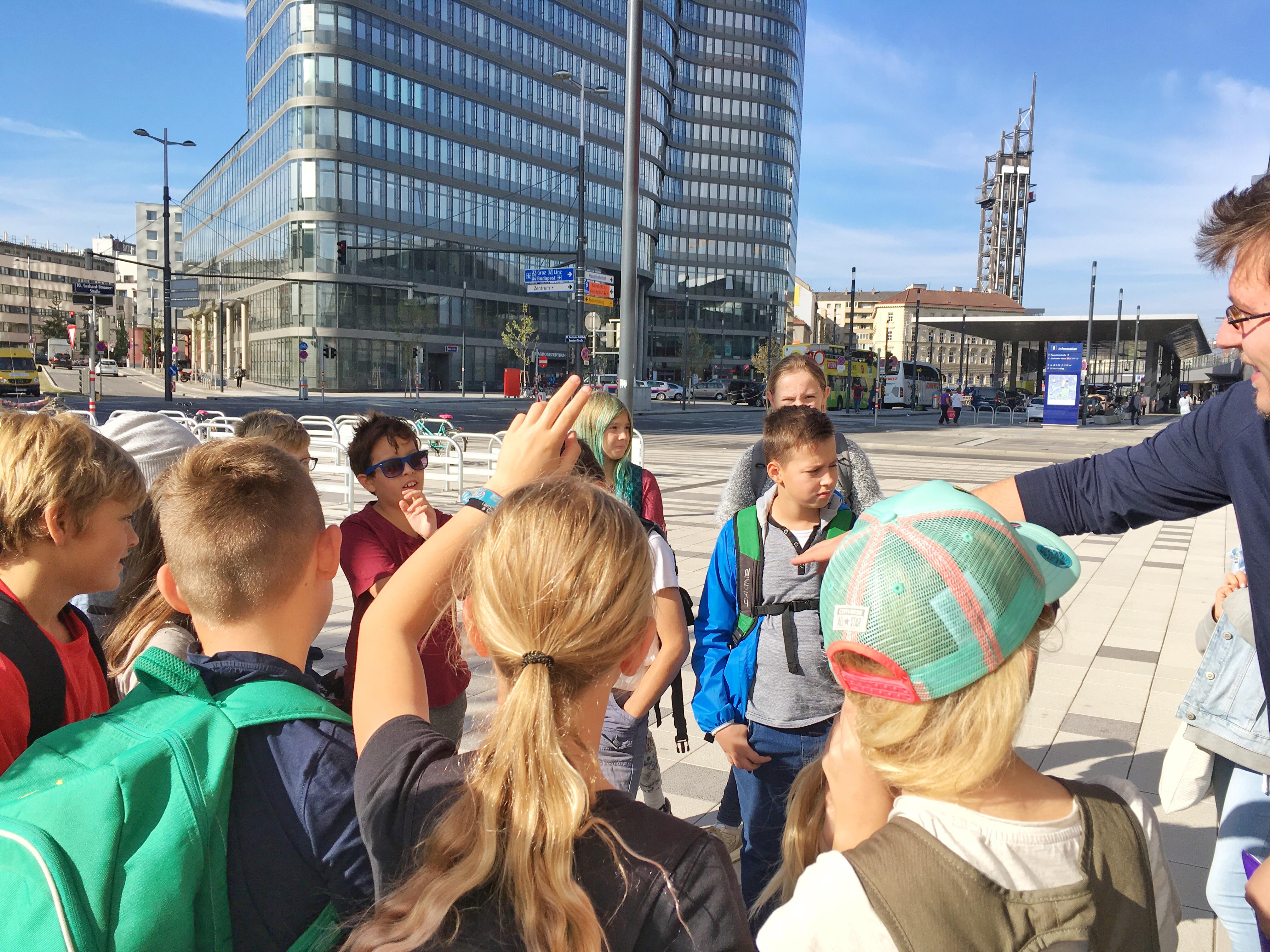 SHADES TOURS Guide, Robert mit einer Schulklasse